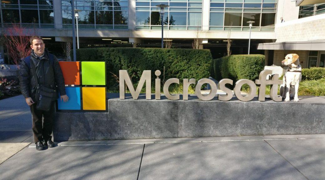 Foto de Juanjo al lado del cartel de Microsoft, con Whost al otro lado de las letras